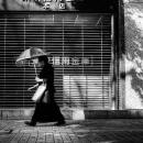 日傘を指す年配の女性