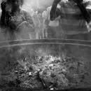 山盛りの灰と参拝客