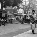 若い僧侶が散歩していた