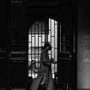 沈香閣を歩く僧服の女性