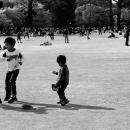 芝生の上で遊ぶ三人