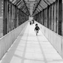 通路を走る幼子