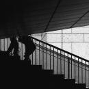 階段を歩く脚