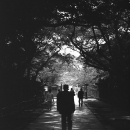 路の真ん中の人影