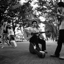 道の真ん中に二人のギタリスト