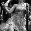 歌い、そして踊る