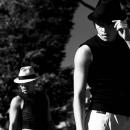 白い帽子と黒い帽子