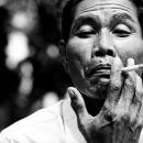 煙草を吹かす男の額には皺