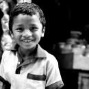 ポロシャツを着た少年の笑顔