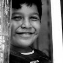柱の間で男の子は微笑んだ