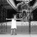 門のところにいた女の子