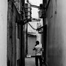 薄暗い路地裏に立つ男