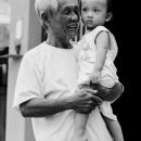 笑顔の男と無関心な孫