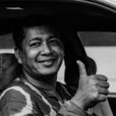 親指を立てたタクシードライバー