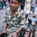 ロンジーを穿いた自転車タクシーの漕ぎ手
