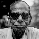 大きなサングラスを掛けた年配の男