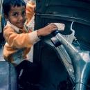 オートリキシャーで遊ぶ男の子