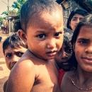 女の子と赤ちゃんと好奇心旺盛な子供たち