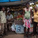 果物店の前の男たち