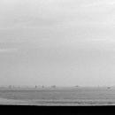 海辺を歩く小さな傘
