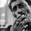 男は煙草を吸った