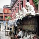 彫像の下の男