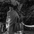 橋を渡る僧侶