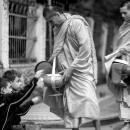 托鉢する年配の僧侶