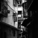 薄暗い路地に女性の人影