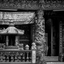 派手な寺院で寛ぐ女性