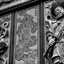 壁の彫られた怒れる像