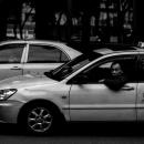 窓から顔を出すタクシードライバー