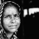 悲しげな瞳の女性