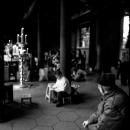 龍山寺で座る老人