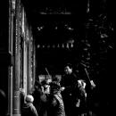龍山寺で跪く女性