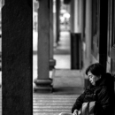 龍山寺で昼寝する女性