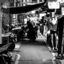 バイクのシルエットと人影