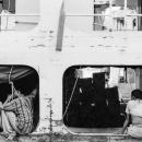 客船の通路で休憩する運送人たち