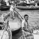 小舟の上に立つ楽しそうな漕ぎ手