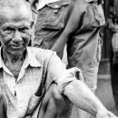 休む年配の労働者