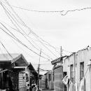 平屋の家々と電線