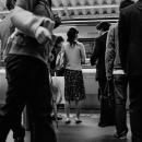 電車を待つ人たち
