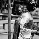 着物を纏っておしろいを塗っている女性