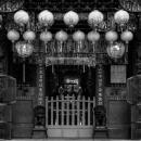 派手な装飾のある寺院の入り口