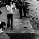 水辺で遊ぶ三人の女の子