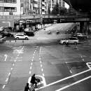 広い車道を渡る自転車