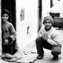 路地で微笑むふたりの男の子