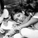 三つ編みの女の子の穏やかな視線