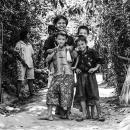 砂利道の真ん中に子供たち