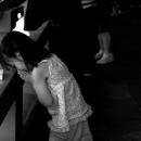 手すりで祈る少女